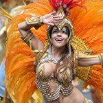 Лондондогу Ноттинг-Хилл карнавалынын катышуучусу.