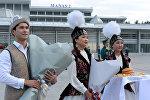 Меймандарды Манас аэропортунда тосуу. Архивдик сүрөт