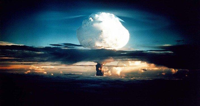 Ядерный гриб после испытания термоядерного взрывного устройства в США. Архивное фото
