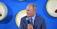Президент РФ Владимир Путин во время встречи с победителями международных олимпиад 2017–2018 учебного года, преподавателями и тренерами образовательного центра Сириус.