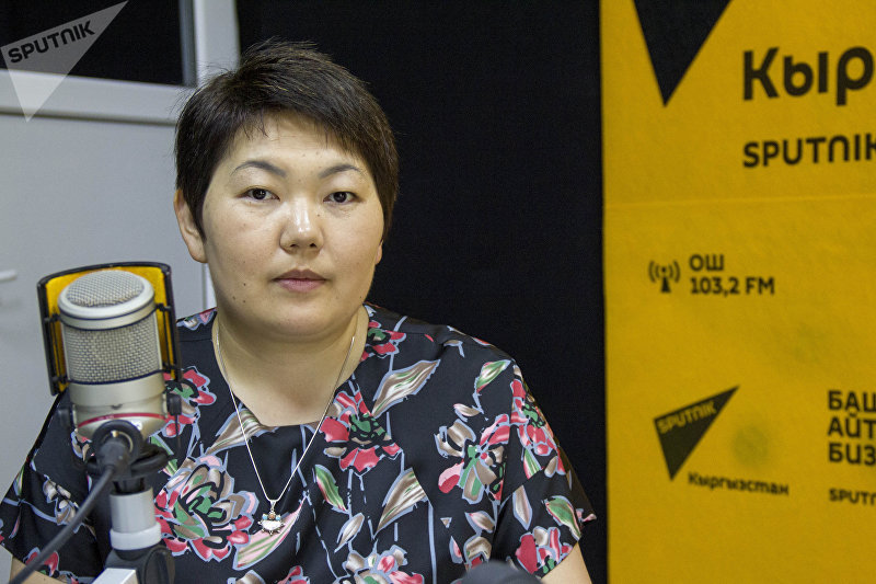 Работавшая в Кембридже, Оксфорде и университете Бата женщина-ученый Асель Сартбаева во время интервью на радиостудии Sputnik Кыргызстан