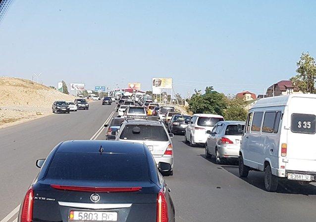 Автомобильная пробка въезде в Чолпон-ату перед церемонией открытия III Всемирных игр кочевников