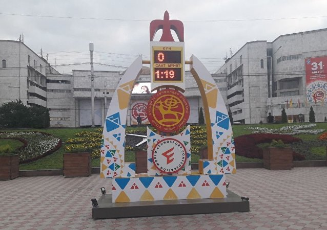 Часы, установленные на площади Ала-Тоо с обратным отсчетом оставшегося времени до III Всемирных игр кочевников