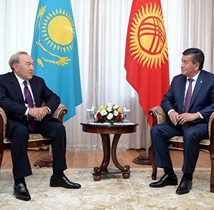 Архивное фото президента КР Сооронбая Жээнбекова и первого президента Казахстана Нурсултана Назарбаева