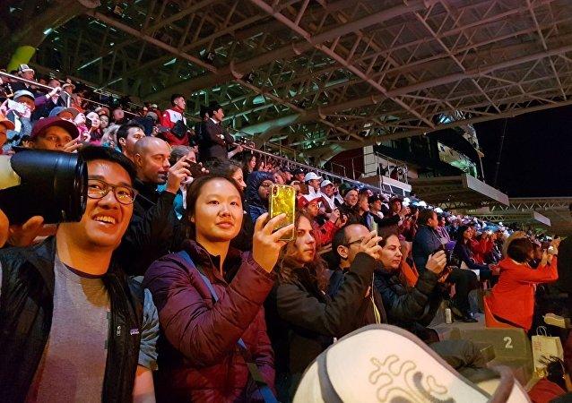 Зрители наблюдают за церемонией открытия III Всемирных игр кочевников на трибуне ипподрома в Чолпон-Ате