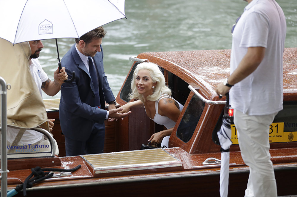 Венециядагы кинофестивалдын алкагында актер Брэдли Купер менен ырчы Леди Гага Жылдыз төрөлдү тасмасын тартуу тобуна фотосессияга келди.