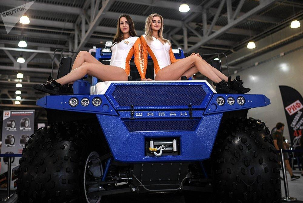 Москва эл аралык автомобиль солуна — 2018 иш-чарасындагы Авторос компаниясынын стендиндеги моделдер.