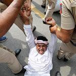 Индиянын Дели шаарындагы каршылык акциясынын катышуучуларын кармоо маалы.