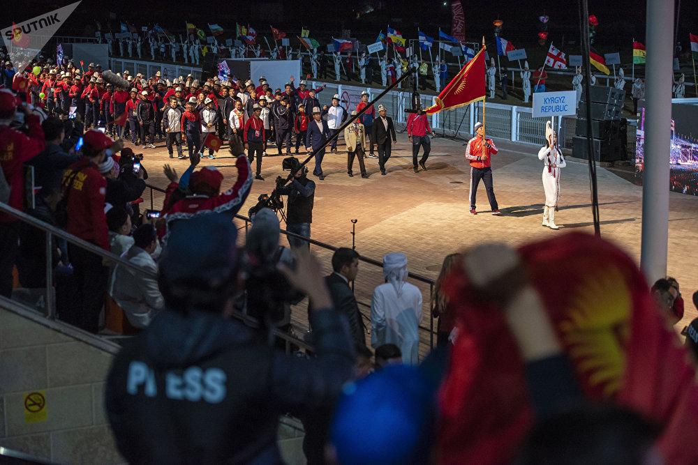 Кыргызстандык спортчулар Көчмөндөрдүн дүйнөлүк III оюндарынын салтанаттуу ачылыш аземинде. Чолпон-Ата шаары, ат майдан.