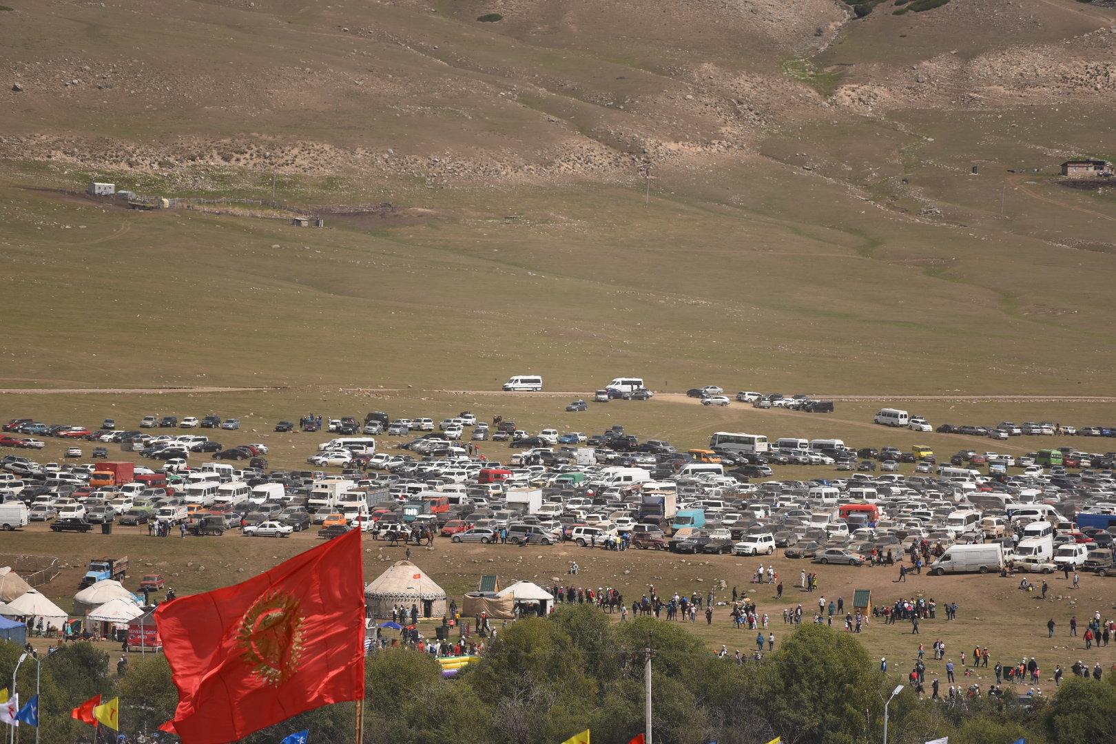 В ущелье Кырчын скопилось огромное количество автомобилей.