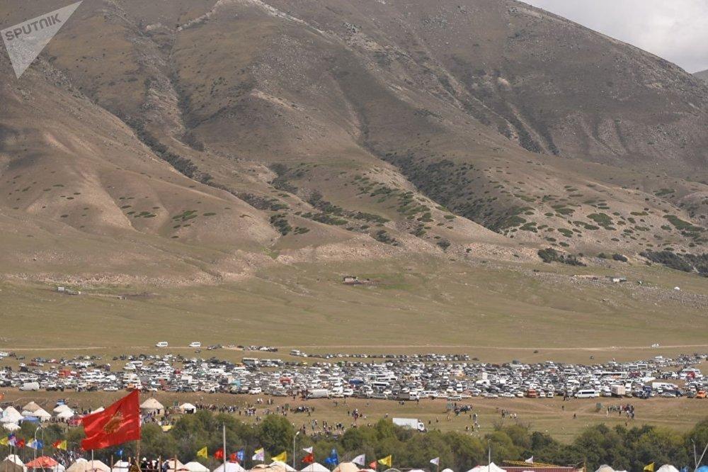 Так выглядела парковка в день открытия этногородка. В кадр вошли еще не все машины.