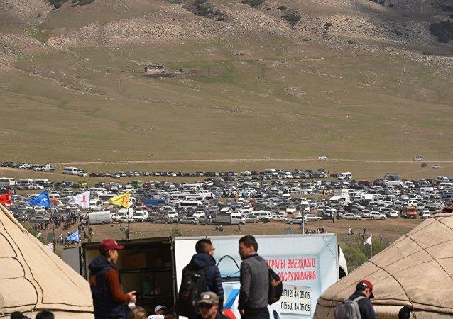 В ущелье Кырчын наблюдается огромное количество автомобилей.