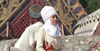 Sputnik Кыргызстан агенттигинин радио кабарчысы Айтурган Сатиева Көчмөндөрдүн дүйнөлүк III юндарынын Кырчын жайлоосунда өтүп жаткан маданий бөлүгүнө алып баруучу болууда