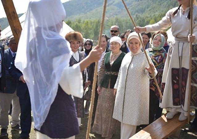 В рамках III Всемирных игр кочевников состоялся визит первых леди Кыргызстана Айгуль Токоевой и Турции Эмине Эрдоган в этногородок Бишкек ордо в ущелье Кырчын.  3 сентября, 2018 года
