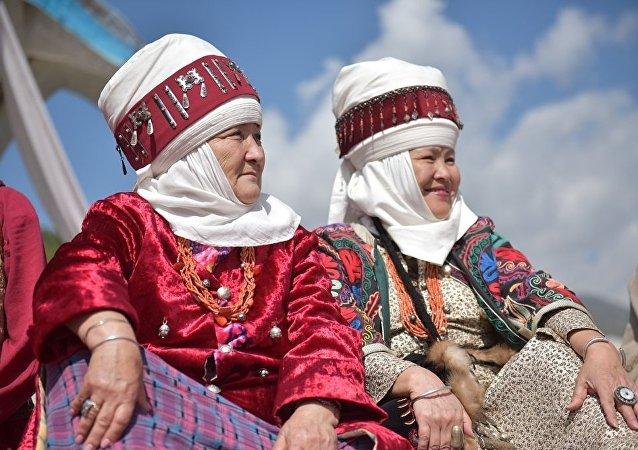 Женщины в этногородке Бишкек ордо в ущелье Кырчын на третьих всемирных играх кочевниках