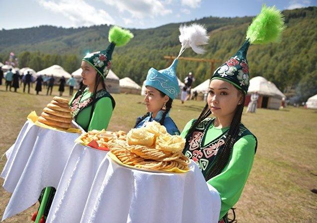 Девушки в этногородке Бишкек ордо в ущелье Кырчын на третьих всемирных играх кочевниках
