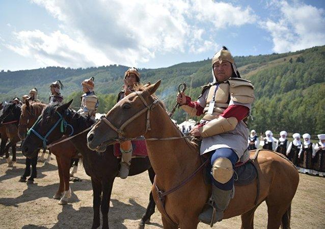Всадники в костюмах в этногородке Бишкек ордо в ущелье Кырчын на третьих всемирных играх кочевниках