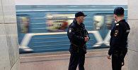 Москва метросундагы полиция кызматкерлери. Архивдик сүрөт