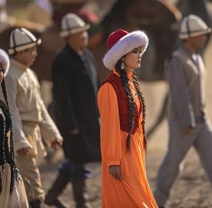 Девушки на национальных костюмах во время театрализованного представления Золотой век кочевников в ущелье Кырчын. Архивное фото
