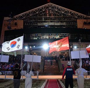 Флаги стран участниц ВИК на церемонии открытия III Всемирных игр кочевников на ипподроме в Чолпон-Ате. Архинвое фото