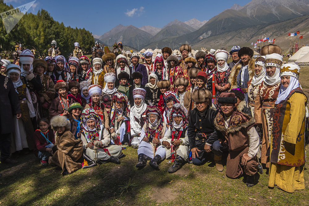 Эгер кимдир бирөө сизге кыргыздардын улуттук кийими жупуну десе ушул сүрөттү көрсөтүп коюңуз