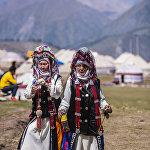 Памир кыргыздары жөнүндө окуп билип жүрсөңүз, бул сүрөттө кимдер көрсөтүлгөнүн жазбай тааныйсыз