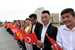 Манас университетинин студенттери Кыргызстан жана Түркия желектери менен. Архивдик сүрөт