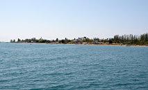 Вид на пляж Иссык-Куля в Чолпон-Ате. Архивное фото