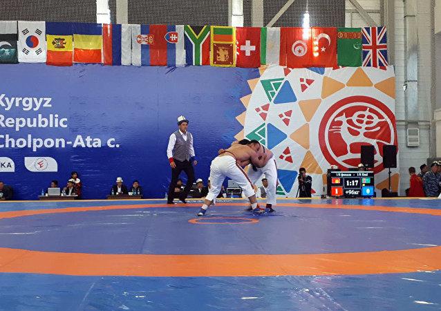 Спортсмены на кыргыз курошу в рамках третьих всемирных играх кочевников в Чолпон-Ате