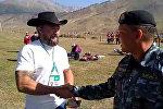 Милиционеры разговаривают на английском с туристами в Кырчыне — видео