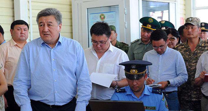 Экс-председатель Государственной таможенной службы Адамкул Жунусов(слева). Архивное фото