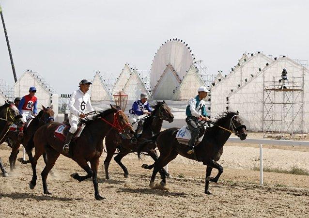 Скачки на 7200 метров в рамках III Всемирных игр кочевников на ипподроме в Чолпон-Ате