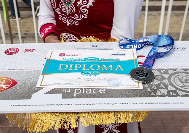 Награждение победителей на скачках в 3200 метров на ипподроме в Чолпон-Ате в рамках III Всемирных игр кочевников.