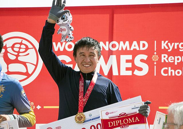 Победитель на скачках в 3200 метров на ипподроме в Чолпон-Ате в рамках III Всемирных игр кочевников.