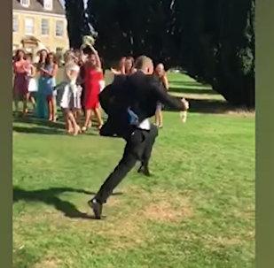 Девушка поймала букет невесты, а ее парень решил спастись и сбежал. Видео