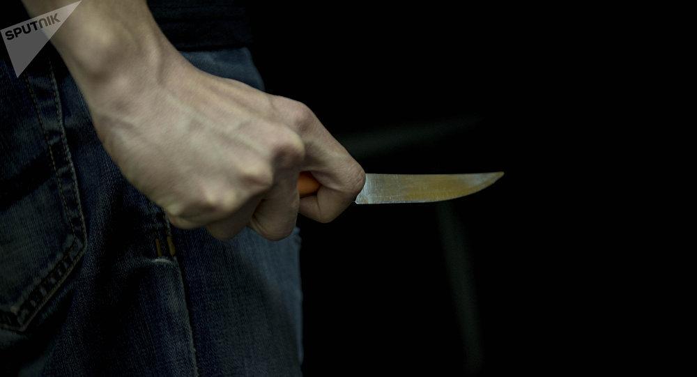 Мужчина держит нож. Архивное фото
