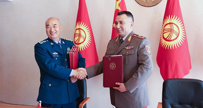 Военная делегация во главе с заместителем председателя Центрального военного совета КНР Сюй Циляном прибыла в Бишкек. С ними встретился начальник Генштаба Райимберди Дуйшенбиев. 6 сентября 2018 года