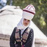 Студентка Аяна Касымбекова из Оша продемонстрировала наряды от двух кыргызстанских дизайнеров