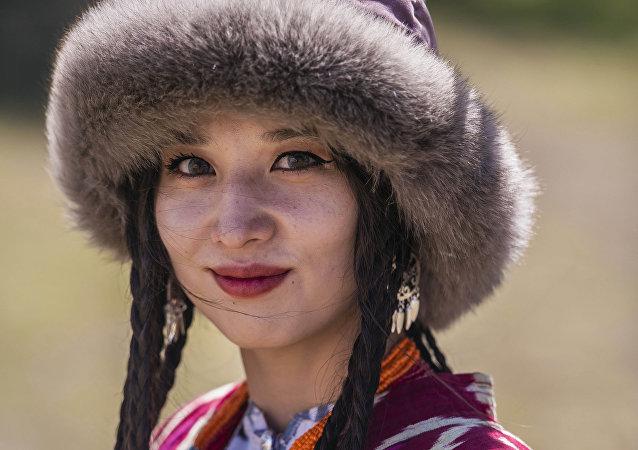 Девушка в национальном костюме в этногородке Кырчын на третьих всемирных играх кочевников
