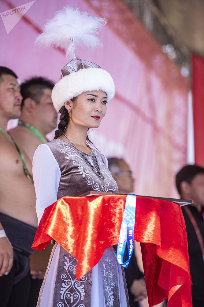 Бишкекчанка Умут Адылбекова выносила медали для спортсменов