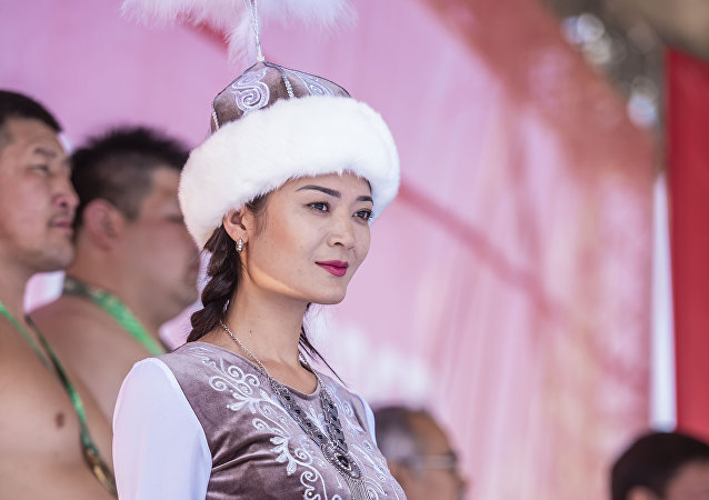 Девушка в национальном костюме во время награждения призеров сумо в этногородке Кырчын на третьих всемирных играх кочевников