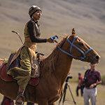 Кыргызстанка Аида Акматова, ставшая известной благодаря умению стрелять из лука ногами, недавно начала заниматься стрельбой на скаку