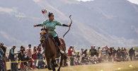 Монгол кызы Конгорзул Батбаатарды атта баратып жаа атууда