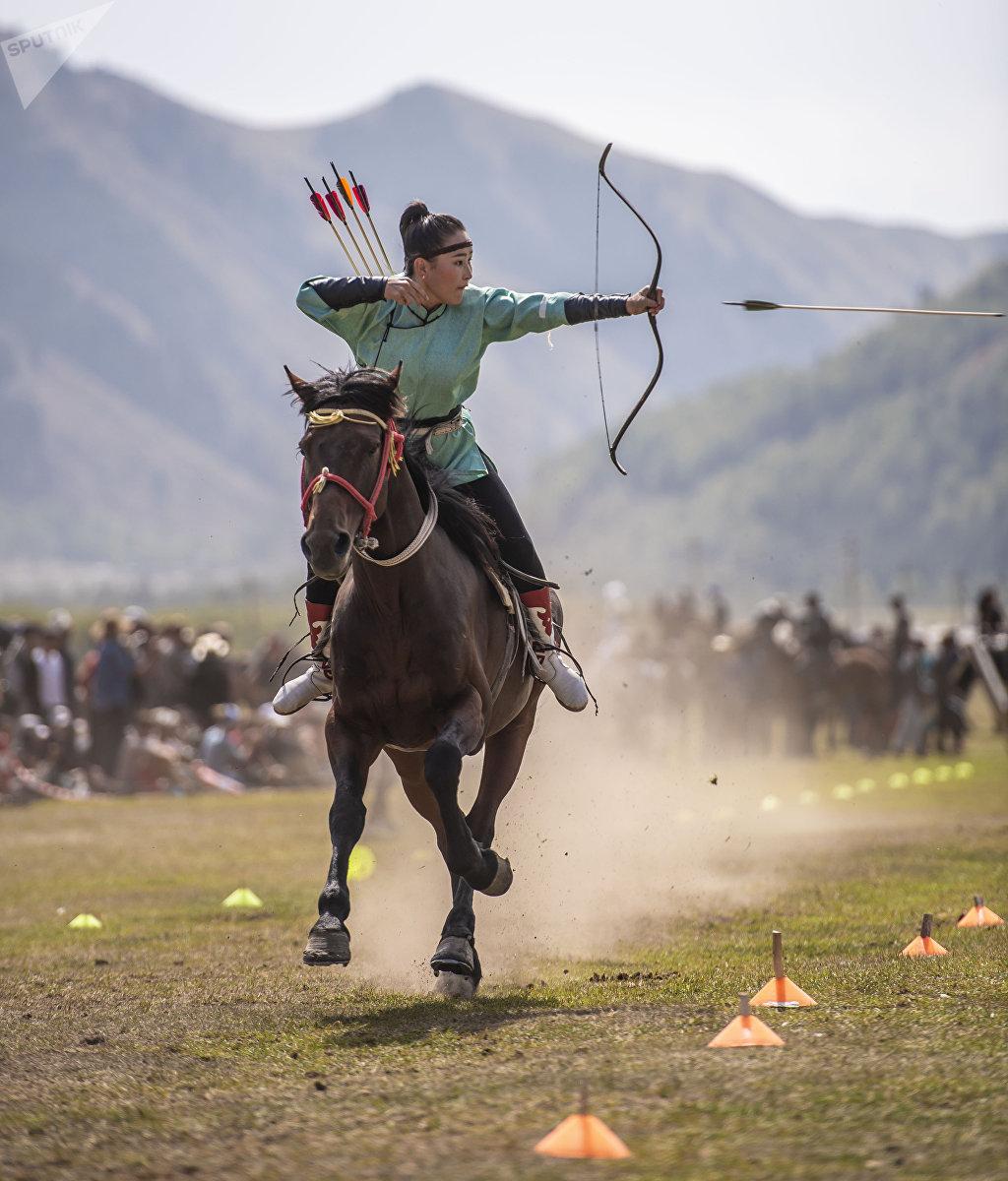 Участница третьих всемирных игр кочевников, представительница из Монголии Конгорзул Батбаатарды во время стрельбы из лука на лошадях в ущелье Кырчын