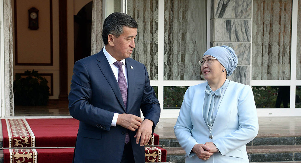 Президент Сооронбай Жээнбеков с супругой  Айгуль Токоевой в ожидании зарубежных гостей. Архивное фото
