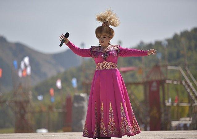 Эстрадная певица Динара Акулова выступает в этнофестивале Кырчын в рамках третьих игр кочевников