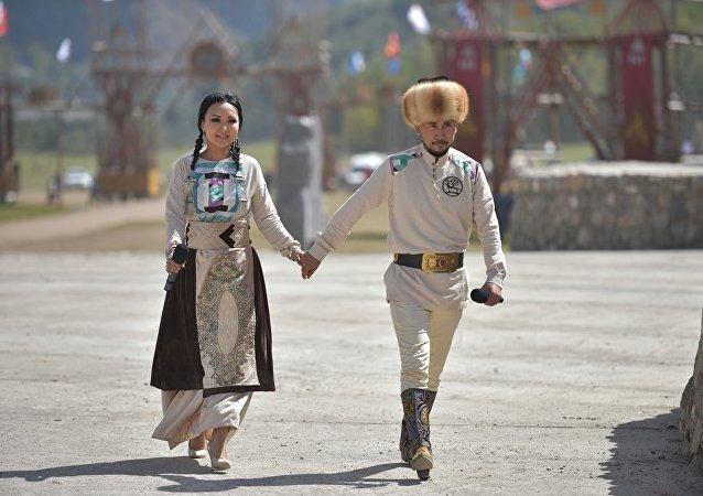 Певцы Урмат Усенов и Неля выступают в этнофестивале Кырчын в рамках третьих игр кочевников