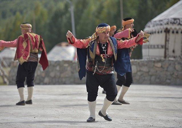Мужчины танцуют в этнофестивале Кырчын в рамках третьих игр кочевников