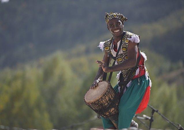 Мужчина танцует в этнофестивале Кырчын в рамках третьих игр кочевников
