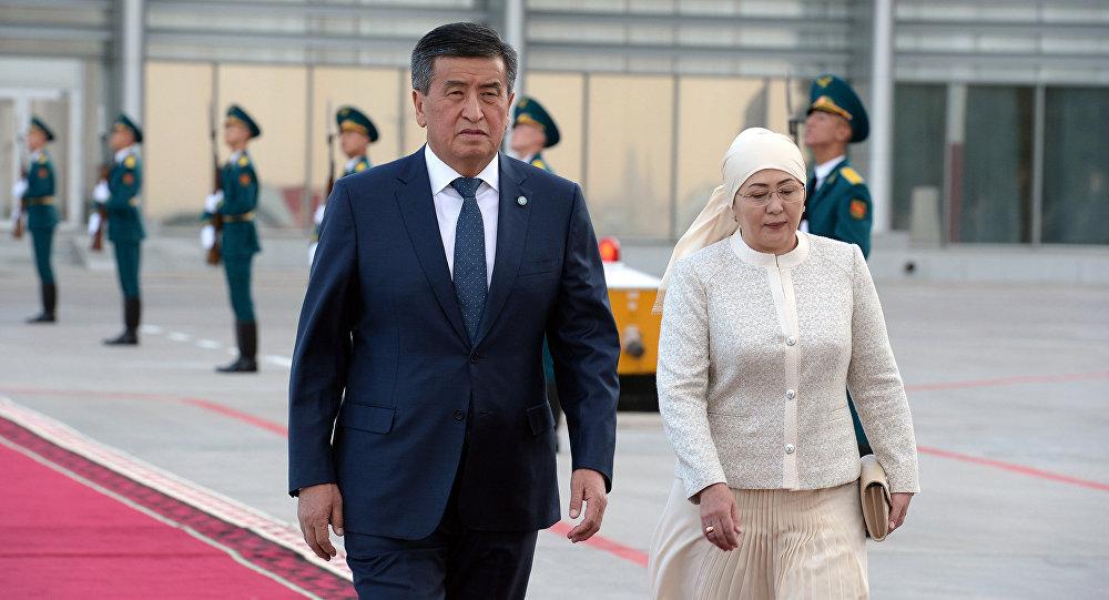Президент Кыргызстана Сооронбай Жээнбеков и первая леди Айгул Жээнбекова во время встречи президента Турции Реджепа Тайипа Эрдогана в аэропорту Манас. Архивное фото
